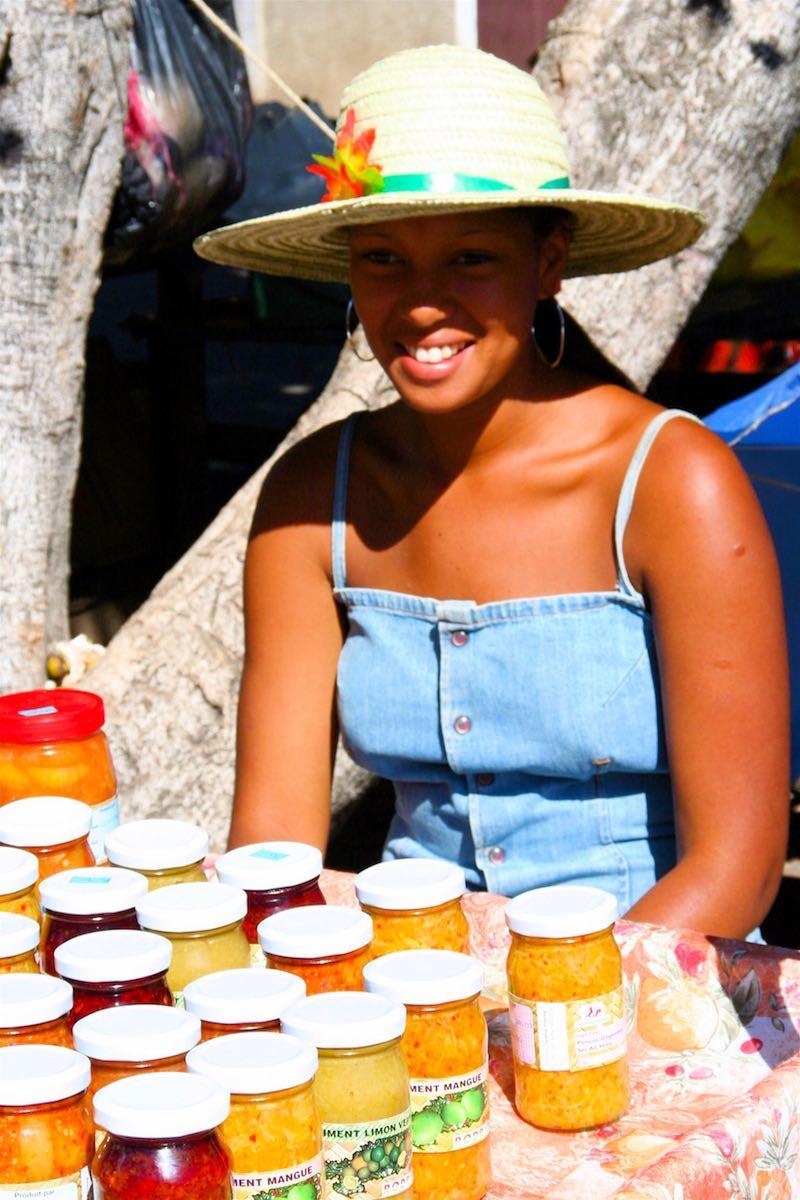 Jeune rodriguaise vendant ses produits à Port Mathurin