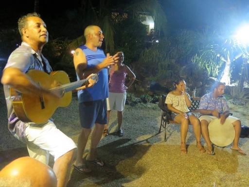 Soiree animée avec des chants par un groupe de l'ile Maurice